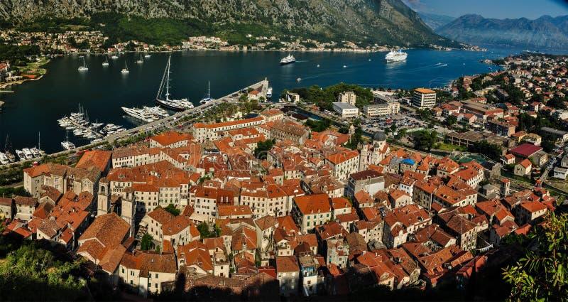 Vista da citadela na cidade velha de Kotor, de Montenegro, e da baía de Kotor imagens de stock