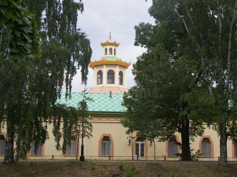 Vista da construção arquitetónica bonita em Petergof imagens de stock