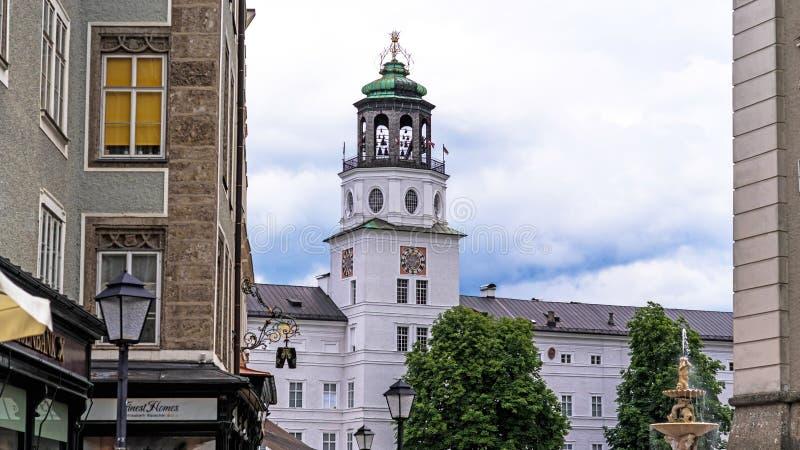 Vista da construção branca do museu de Salzburg Áustria imagem de stock