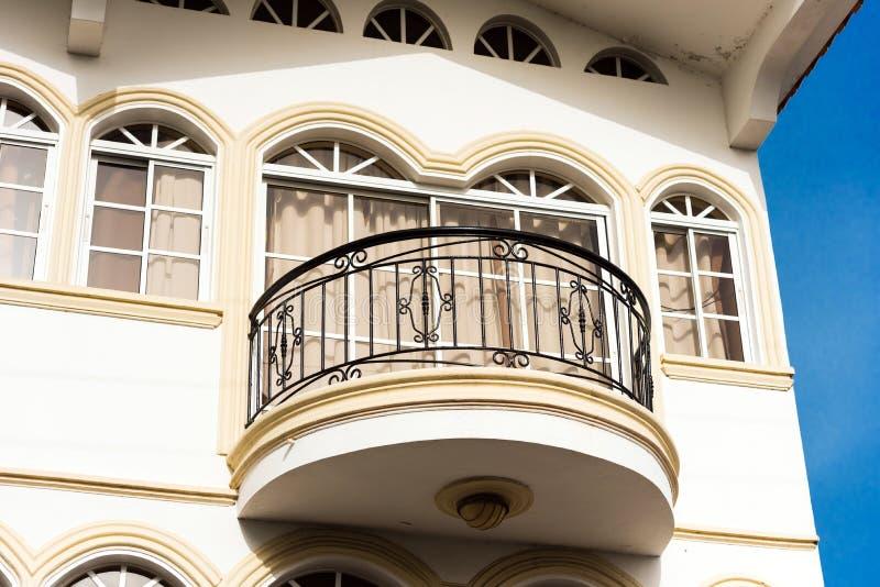 Vista da construção com um balcão forjado em Santo Domingo, os DOM fotografia de stock