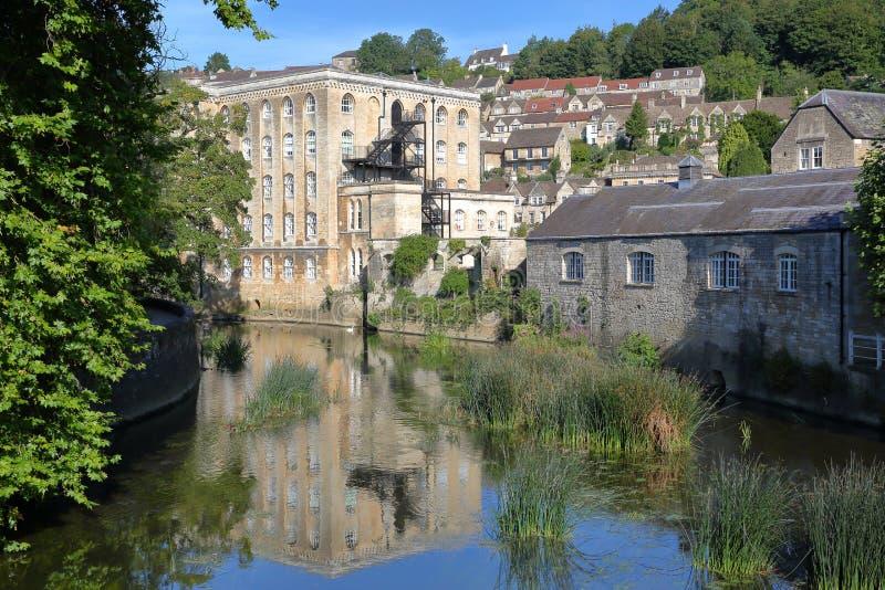 Vista da construção de Abbey Mill no rio Avon com a vizinhança no fundo, Bradford do Tório em Avon, Reino Unido foto de stock