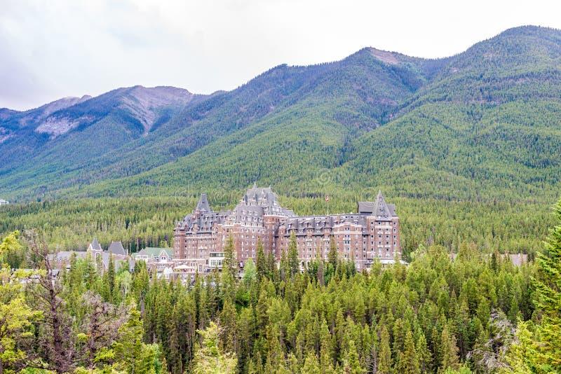 Vista da construção de Banff Springs Hotel nos canadenses Rocky Mountains imagem de stock royalty free