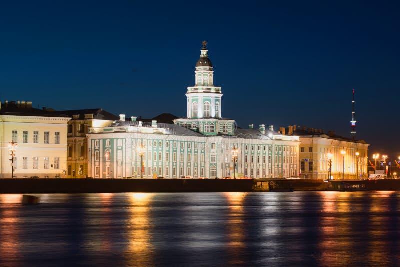 Vista da construção de Kunstkamera na noite de maio St Petersburg foto de stock