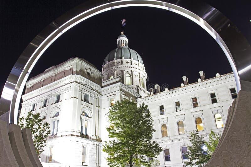 Vista da construção do capitol da casa do estado de Indiana com um circu fotos de stock