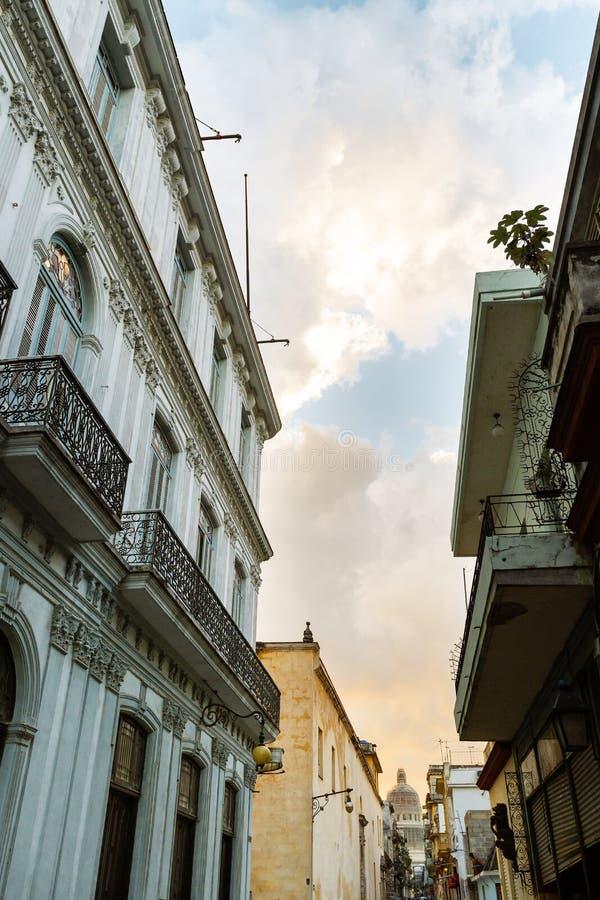 Vista da construção do capitol da rua de Havana fotos de stock royalty free