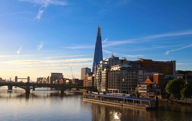 A vista da construção do estilhaço, dos arranha-céus e do Thames River no por do sol, Londres, Reino Unido fotografia de stock
