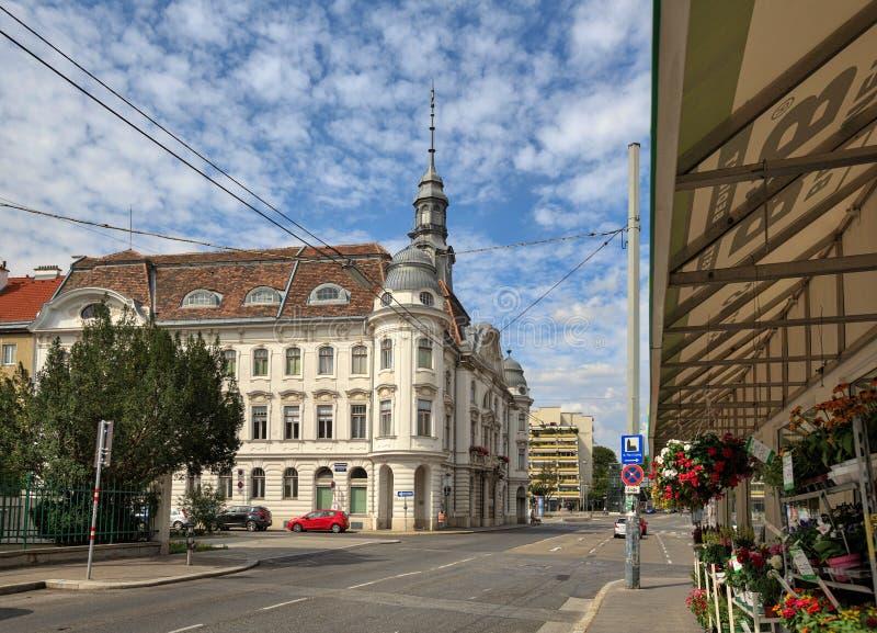 Vista da construção do gabinete distrital municipal em Liesing - o 2ó distrito em Viena, Áustria fotos de stock royalty free