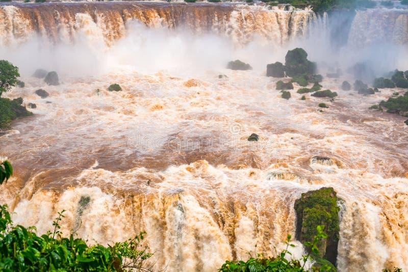 Vista da corredeira poderosa do rio de Iguazu na Foz de Iguaçu bonita foto de stock