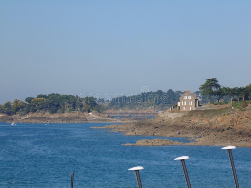 Vista da costa d 'Armor France de Lancieux foto de stock
