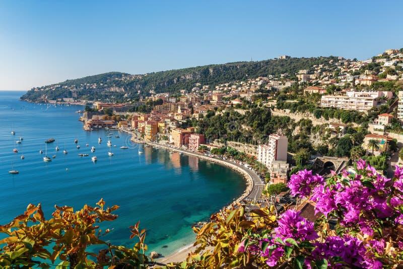 Vista da costa d \ 'Azur perto da cidade do Villefranche-sur-Mer fotografia de stock