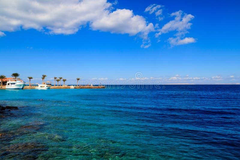 Vista da costa de Mar Vermelho na praia em Hurghada, Egito imagens de stock