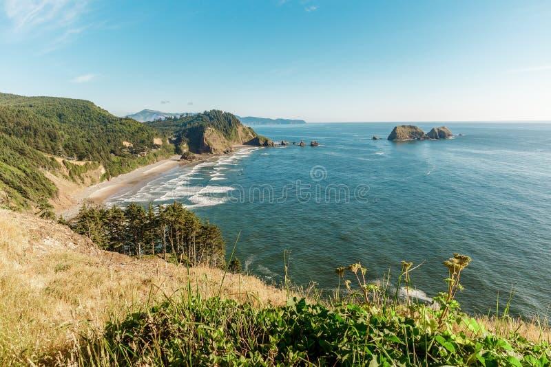 Vista da costa de Oregon e de três rochas do arco imagem de stock