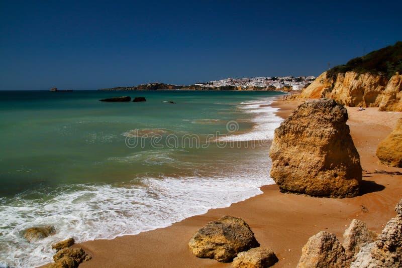Vista da costa e dos penhascos em Albufeira, distrito Faro, o Algarve, Portugal do sul imagem de stock