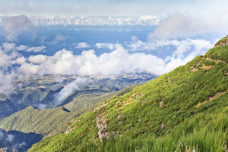 Vista da costa da ilha de Madeira, Portugal do trajeto do turista ao pico de Ruivo imagem de stock royalty free