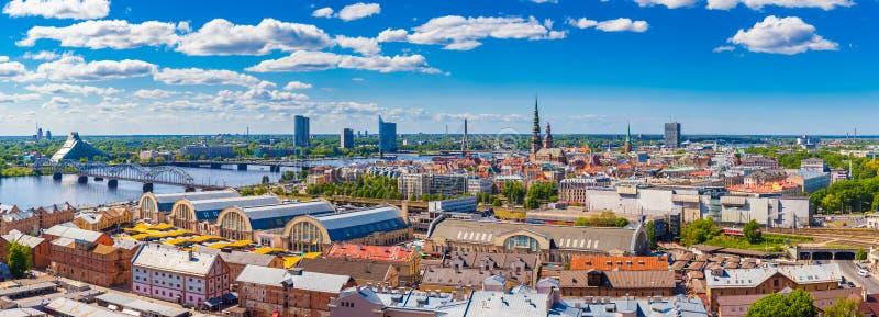 Vista da costruzione dell'accademia delle scienze su vecchia Riga fotografie stock libere da diritti