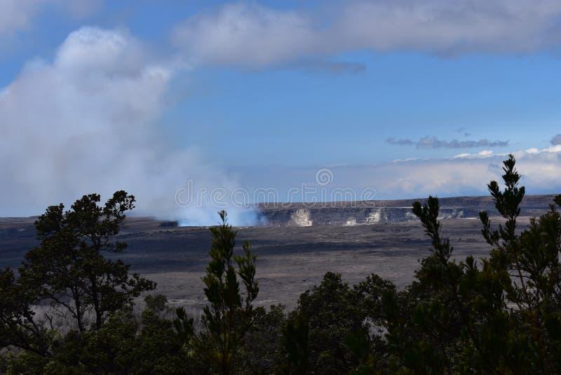 Vista da cratera do vulcão na ilha grande Havaí imagens de stock royalty free