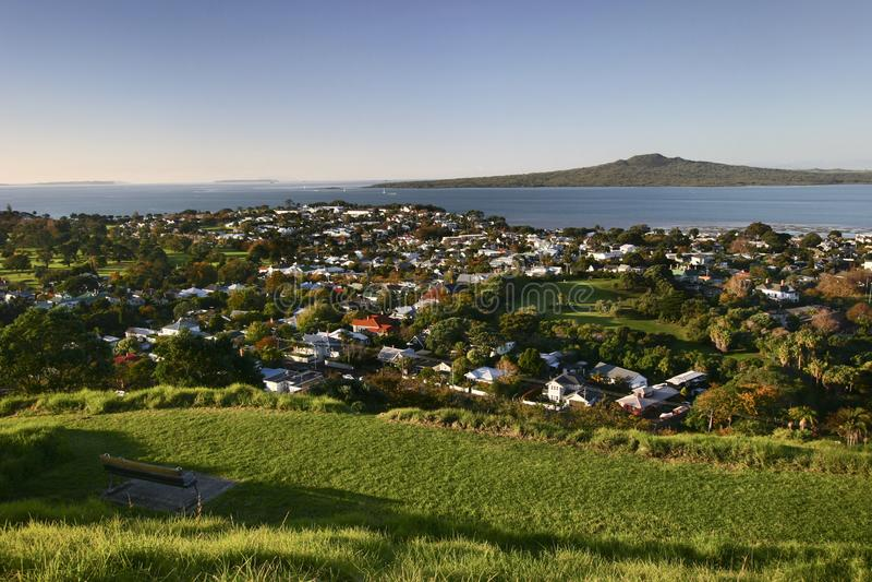 Vista da cume do subúrbio do beira-mar, da costa cênico e da ilha de Rangitoto da montagem gramínea Victoria, Devonport, Auckland fotografia de stock