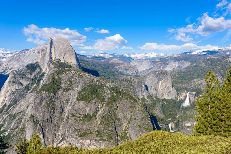 Vista da de meios ab?bada, vale de Yosemite, Vernal e Nevada Falls do ponto da geleira no parque nacional de Yosemite, Calif?rnia imagem de stock royalty free