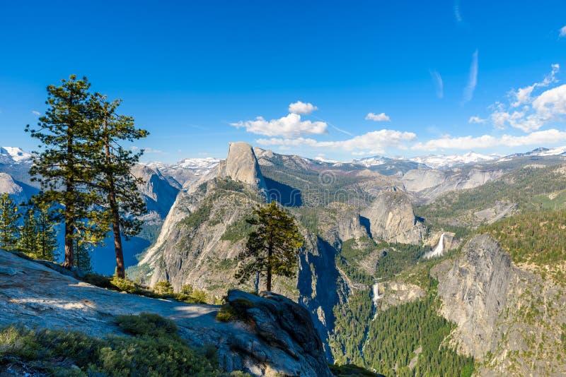 Vista da de meios ab?bada, vale de Yosemite, Vernal e Nevada Falls do ponto da geleira no parque nacional de Yosemite, Calif?rnia fotografia de stock royalty free