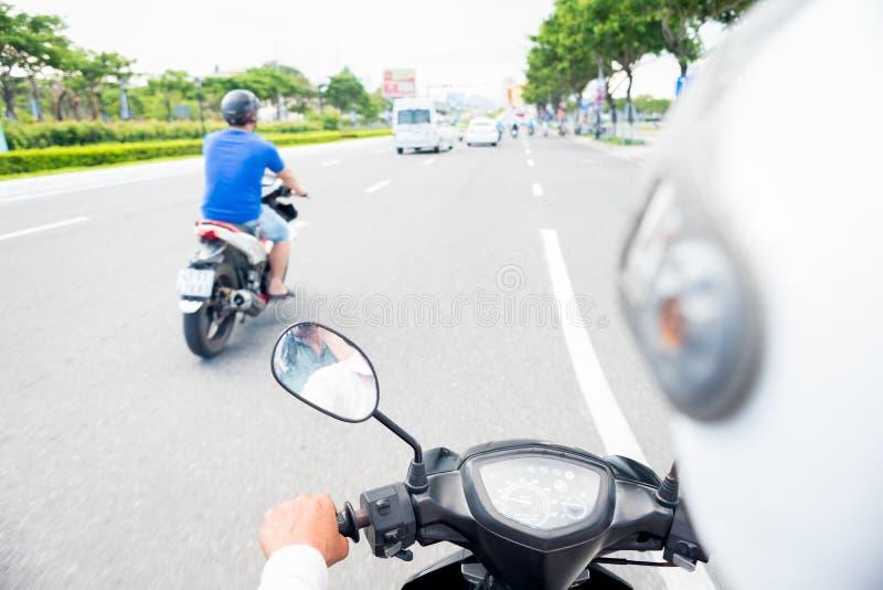 Vista da dietro la parte posteriore del driver di motociclo immagine stock libera da diritti