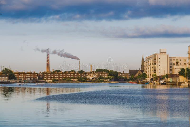 Vista da doca de Grand Canal em Dublin em um dia tormentoso imagem de stock royalty free