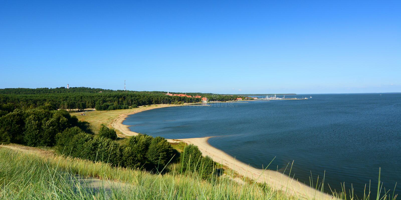Vista da duna de Parnidis sobre Nida e a lagoa de Curonian Nida lithuania foto de stock
