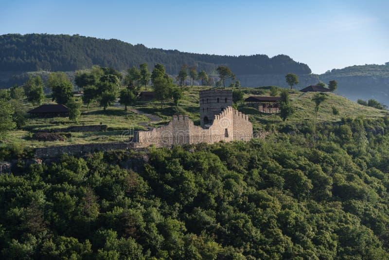 Vista da elevarsi e pareti della fortezza medievale di Trapezitsa, fotografia stock libera da diritti