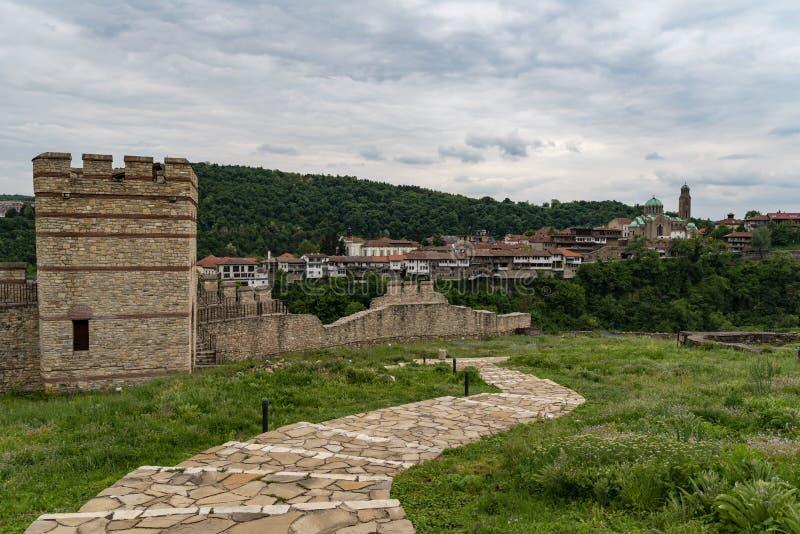 Vista da elevarsi e pareti della fortezza medievale di Trapezitsa, Veliko Tarnovo fotografie stock libere da diritti