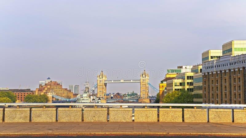 Vista da elevarsi ponte sopra il Tamigi a Londra immagine stock libera da diritti