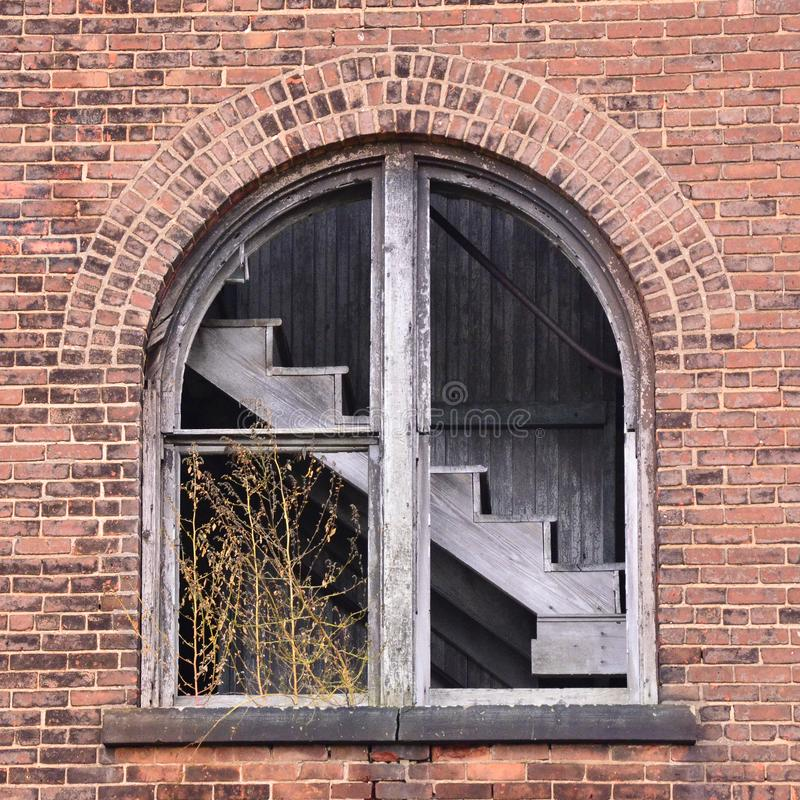 Vista da escadaria abandonada da fábrica fotografia de stock royalty free
