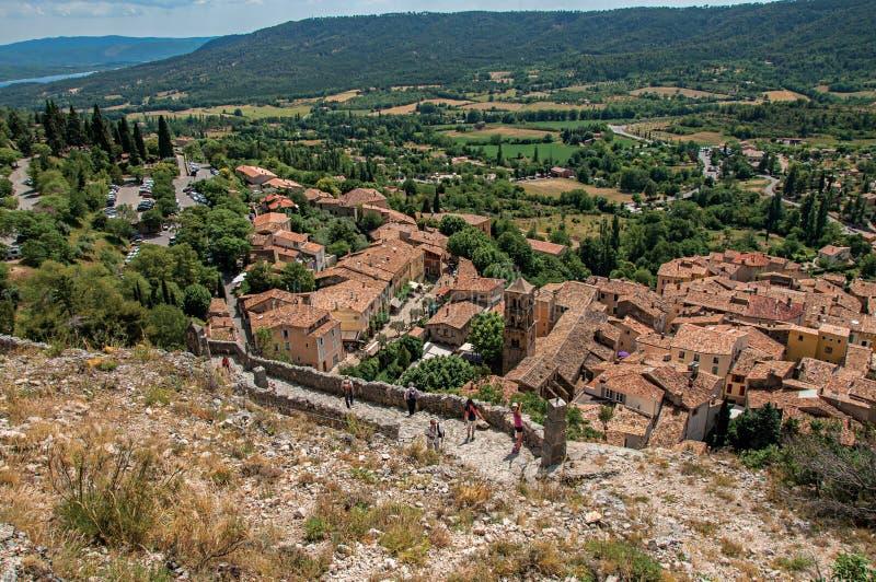 Vista da escadaria, dos telhados e da torre de sino de pedra acima de Moustiers-Sainte-Marie imagens de stock royalty free