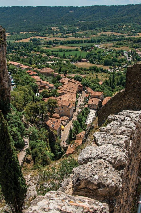 Vista da escadaria, dos telhados e da torre de sino de pedra em Moustiers-Sainte-Marie imagem de stock