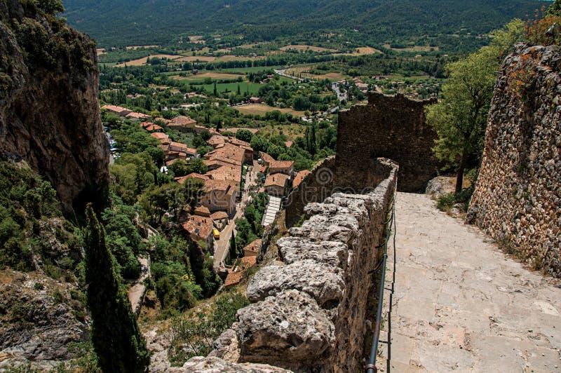 Vista da escadaria, dos telhados e da torre de sino de pedra em Moustiers-Sainte-Marie imagens de stock