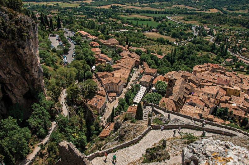 Vista da escadaria, dos telhados e da torre de sino de pedra em Moustiers-Sainte-Marie imagens de stock royalty free