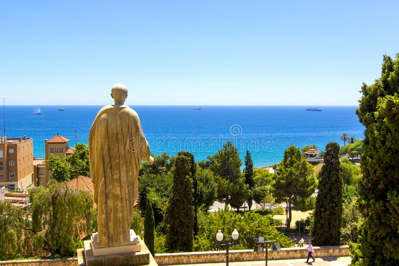 Vista da escultura de trás do imperador Augustus perto do palácio do regulador romano no mar Mediterrâneo Tarragona, Catalonia, E foto de stock