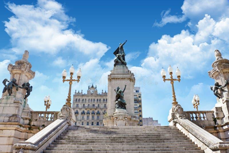 Vista da estátua de Ricardo Balbin na plaza del Congreso em Buenos Aires, cercada por construções históricas, contra a fotos de stock royalty free