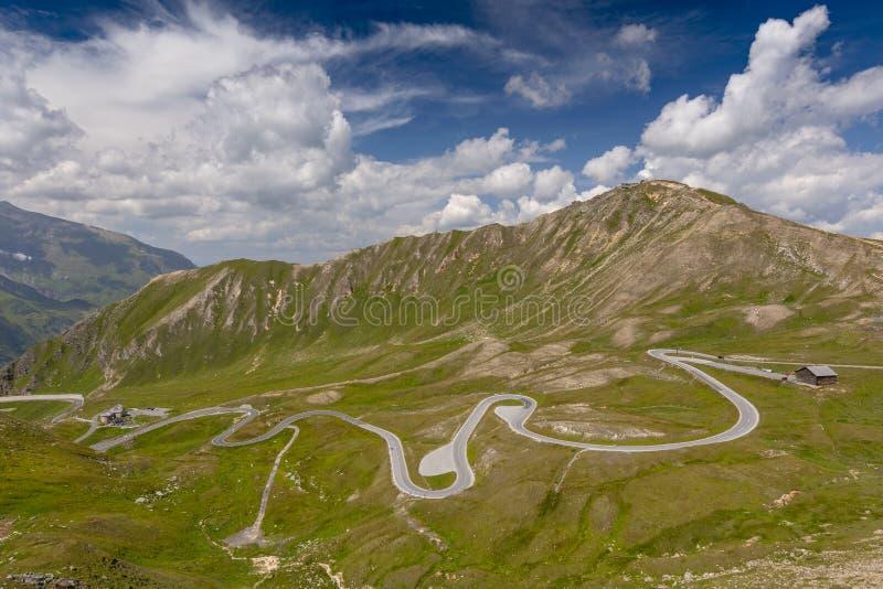 Vista da estrada alpina alta cênico Grossglockner Hochalpenstrasse e Mountain View em Áustria imagem de stock
