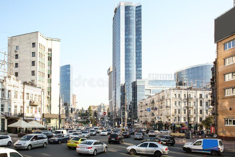 Vista da estrada com os carros na cidade moderna fotografia de stock royalty free