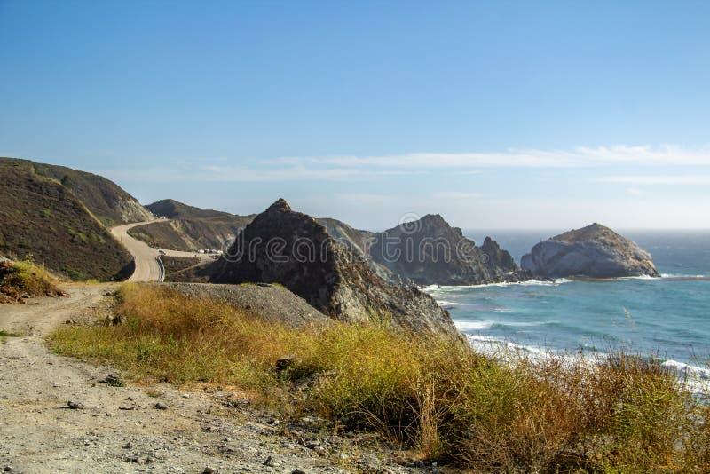 Vista da estrada da Costa do Pacífico não 1 no oceano em Califórnia fotos de stock