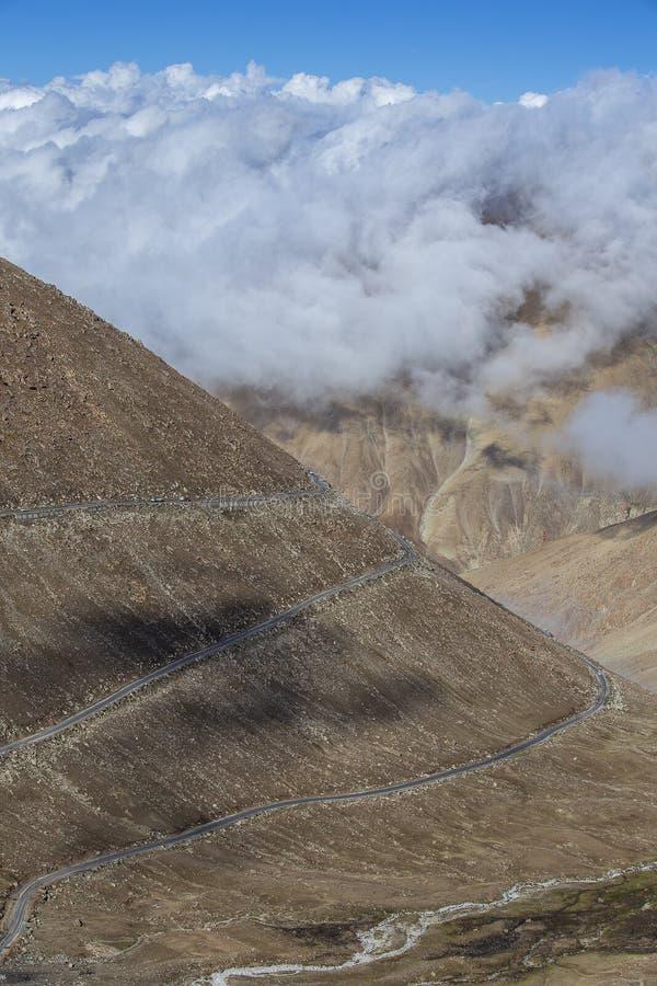 Vista da estrada de enrolamento e de montanhas rochosas majestosas em Himalayas indianos, Ladakh, Índia Conceito da natureza e do imagens de stock royalty free