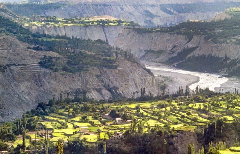 Vista da estrada de Karakorum ao vale de Hunza imagens de stock royalty free