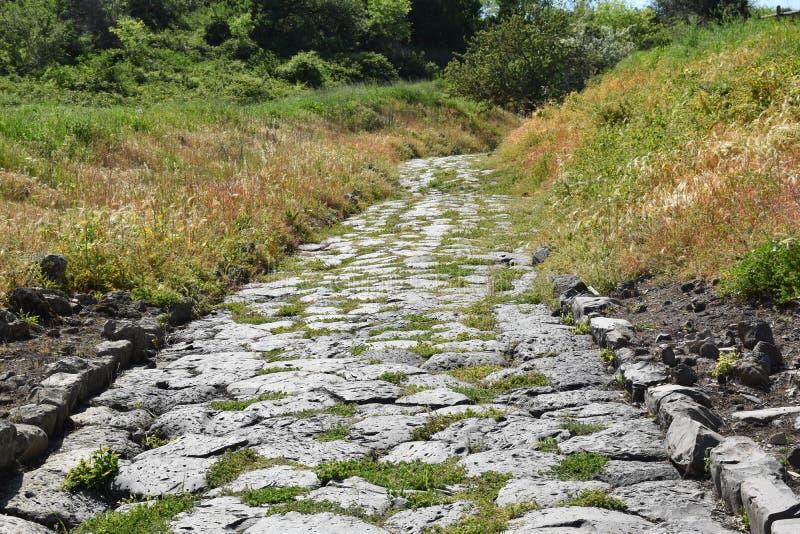 Vista da estrada de pedra romana antiga fotos de stock