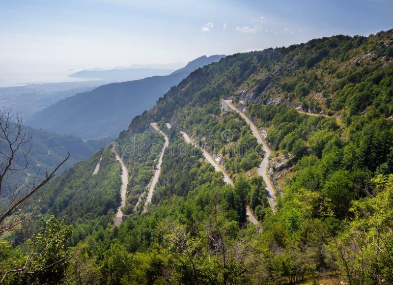 Vista da estrada da montanha do ziguezague com curvaturas do gancho de cabelo nos cumes de Apuan, Alpi Apuane, perto da passagem  fotos de stock royalty free