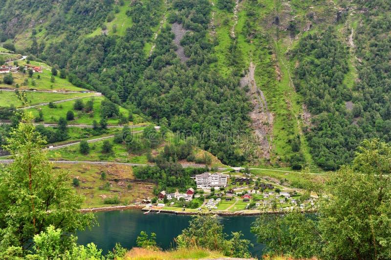 Vista da estrada da montanha no fiorde de Geiranger imagem de stock royalty free