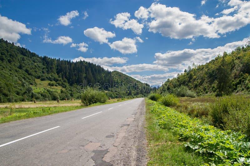 Vista da estrada nas montanhas fotografia de stock