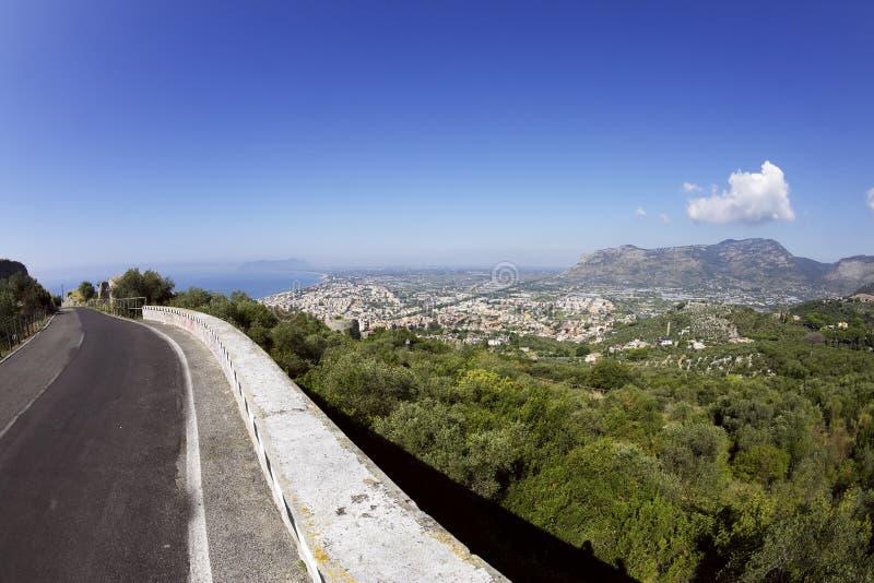 Vista da estrada no monte de Terracina imagens de stock royalty free