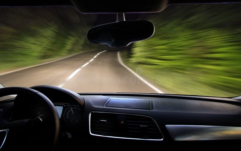 vista da estrada da noite através do para-brisa imagens de stock