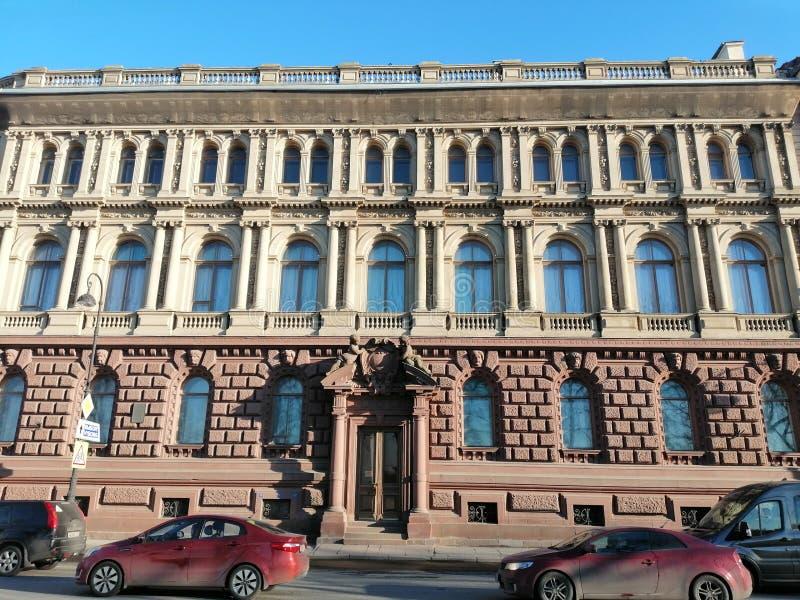 Vista da fachada da construção com bas-relevos e de estátuas dos anjos fotografia de stock