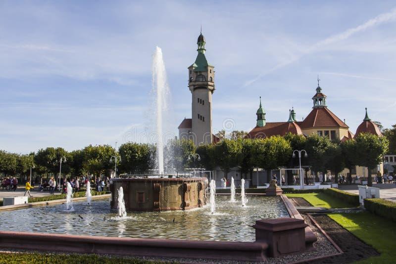 Vista da fonte e do farol no fundo na cidade de Sopot poland foto de stock