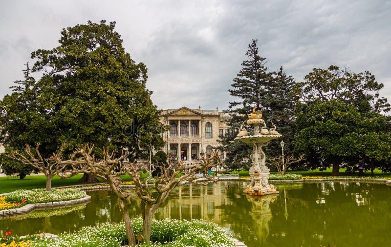 Vista da fonte na frente do palácio de Dolmabahce em Istambul, Turquia foto de stock royalty free